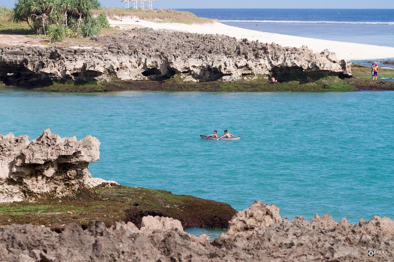 Anak-anak bermain dengan sampan di Pantai Pero